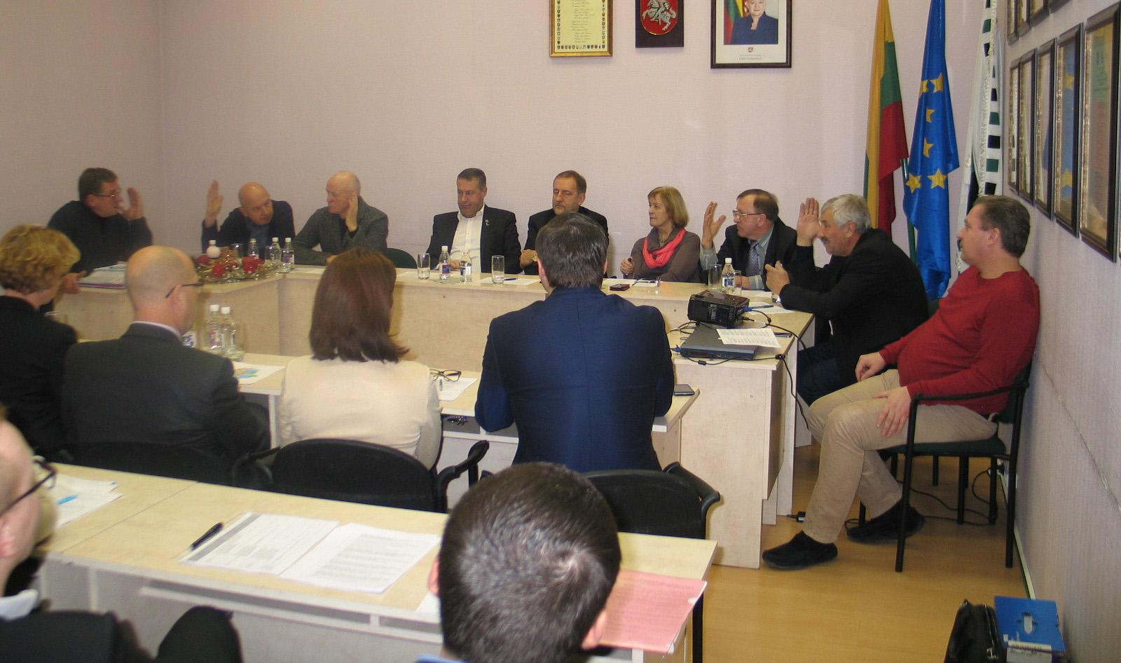 Balsuojant paaiškėjo, kad dauguma Ekonomikos ir finansų komiteto narių palaiko Savivaldybės parengtą sprendimą dėl gyventojų apklausos Saugų seniūnijoje.